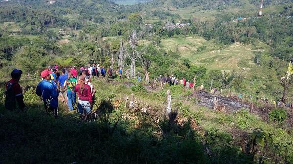 Warga kampung Nderu dan Nampo Bea Rahong di  Lokasi sengketa Lingko Betong.