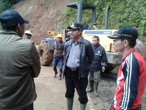 Bupati Kamelus Deno memantau lokasi longsor jalur Ruteng-Reo
