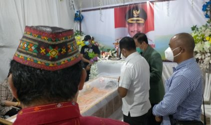 Melayat Deno Kamelus, Bupati Heri : Penghormatan dari Pemerintah dan Rakyat Manggarai