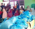 Ibu-ibu Lansia Desa Siru Dapat Bantuan Ayam dari Dinsos Mabar