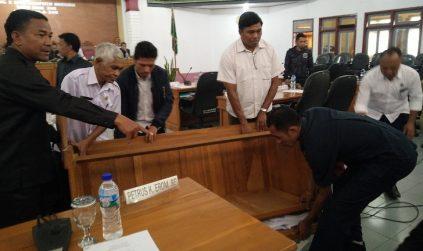 Lagi, Marsel Ahang dan Mathias Masir Berantem di Sidang DPRD, Marsel Terluka