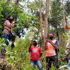 Derita Petugas Coklit di Reok Barat Mendaki Bukit Cari Sinyal untuk Kirim Laporan