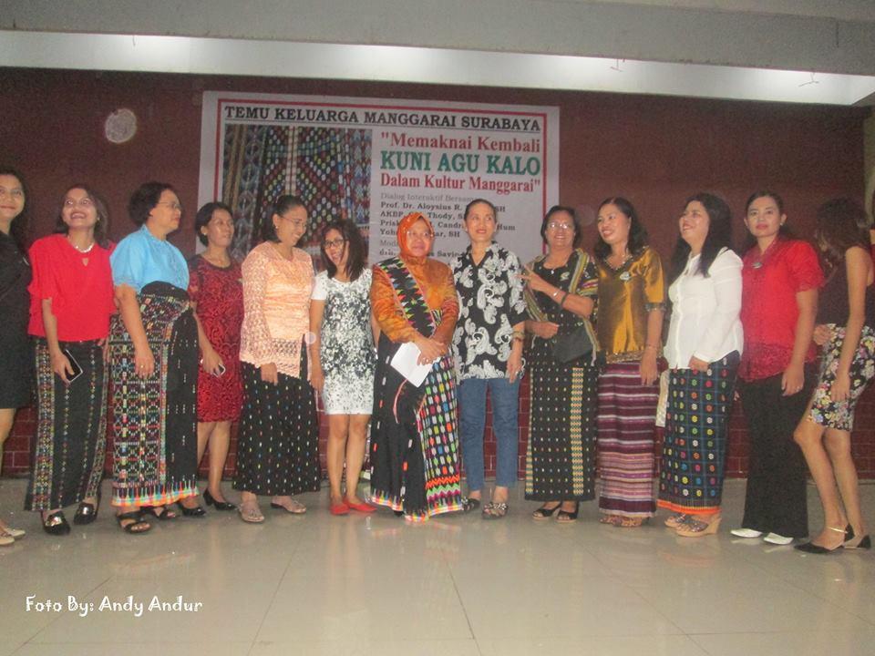 Ketika Walikota Surabaya Tri Rismaharini Mengenakan Songke Manggarai