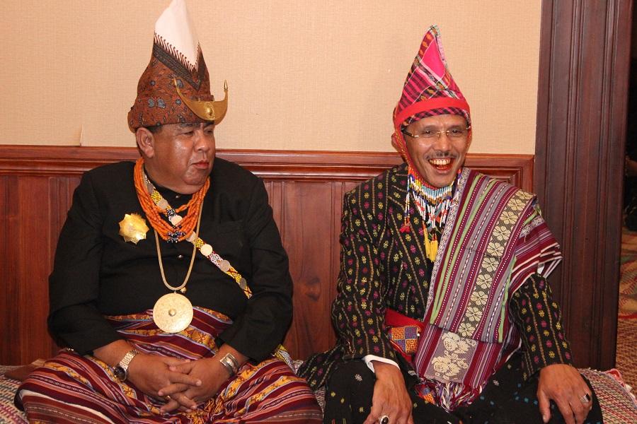 Melihat Ritual 'Pinangan Politik' Esthon-Rotok