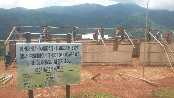 TNI Bersama Warga Bangun Kembali SDN Leda