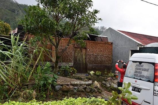 Lima Rumah Di Cibal Rusak, PMI Ruteng Beri Bantuan