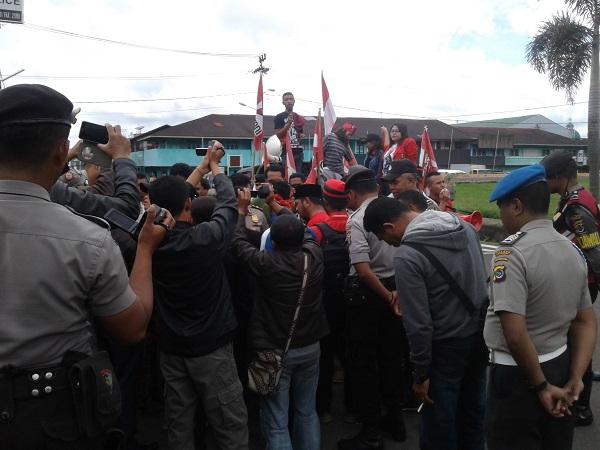 Unjuk Rasa Kasus RSUD Matim Nyaris Ricuh,Polisi Tendang Mahasiswa