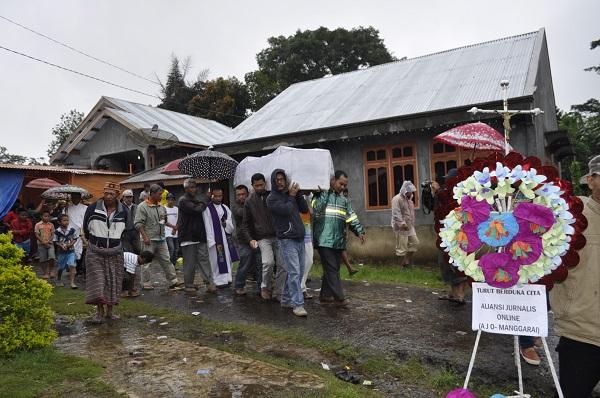 Wartawan Di Ruteng Jadi Pengusung Peti Jenazah Wartawati Yang Dibunuh Di Palu
