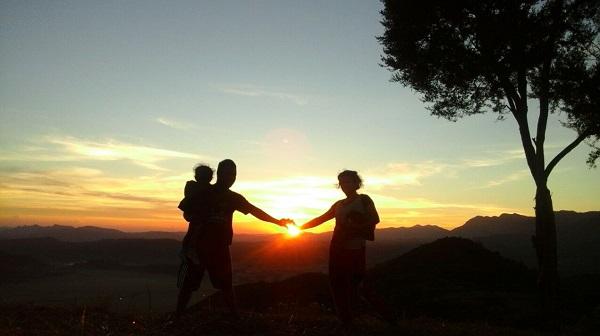 """Sensasi """"menangkap"""" Sunrise Dari Atas Bukit Mbohang Flores"""
