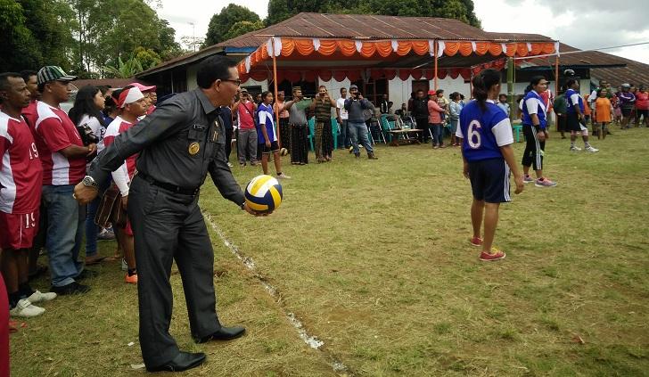 Bupati Deno Kamelus Buka Turnamen Bola Voli dan Takraw Antar RT Sekelurahan Carep