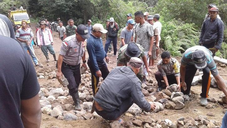 Melihat Kerja Bakti Warga 23 Desa dan Forkopimca Satar Mese Perbaiki Jalan Ruteng-Iteng