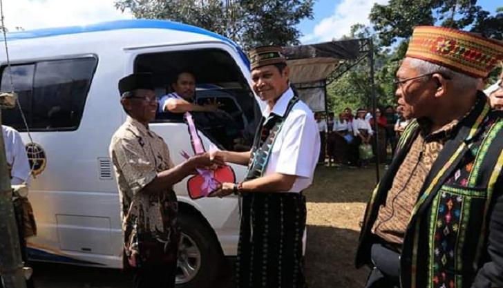 Bupati Manggarai Barat Serahkan Minibus untuk BUMDes