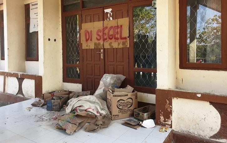 Mahasiswa Menumpuk Sampah di Pintu Masuk Kantor Camat Reo