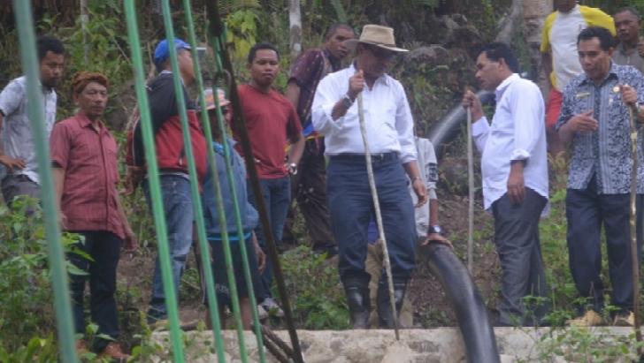 Pantau Instalasi Air Minum di Desa Nao, Bupati Deno Temukan Pipa Bocor