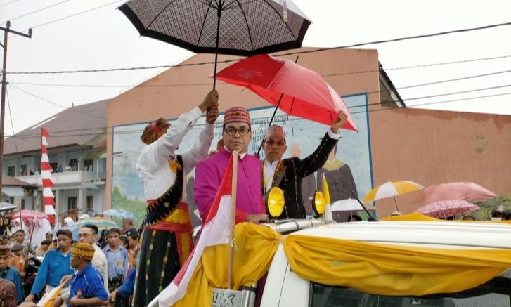 Meski Hujan, Penyambutan Uskup Sipri di Ruteng Berlangsung Meriah
