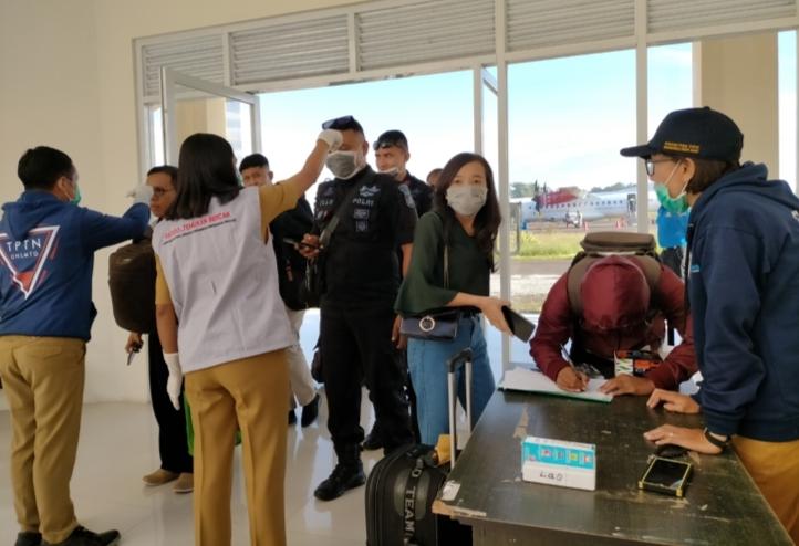 Waspada Corona, Petugas Medis Ukur Suhu Tubuh Penumpang Pesawat, Pelabuhan, Terminal dan Tamu Hotel