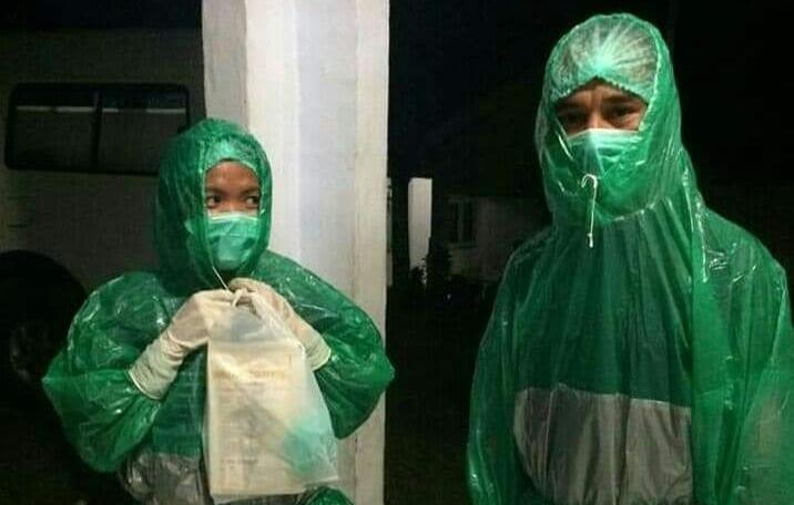 Lawan Corona, Petugas Medis di Manggarai Gunakan Mantel Hujan