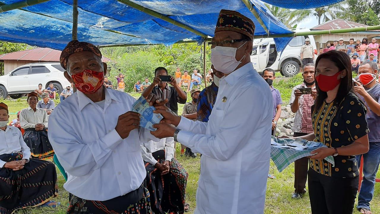 Serahkan BLT Desa, Wabup Victor Madur: Gunakan dengan Baik