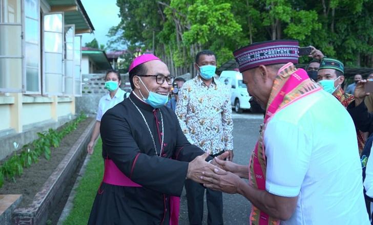 Gubernur dan Uskup Ruteng Diskusi Empat Mata Bahas Pembangunan dan Moratorium Tambang