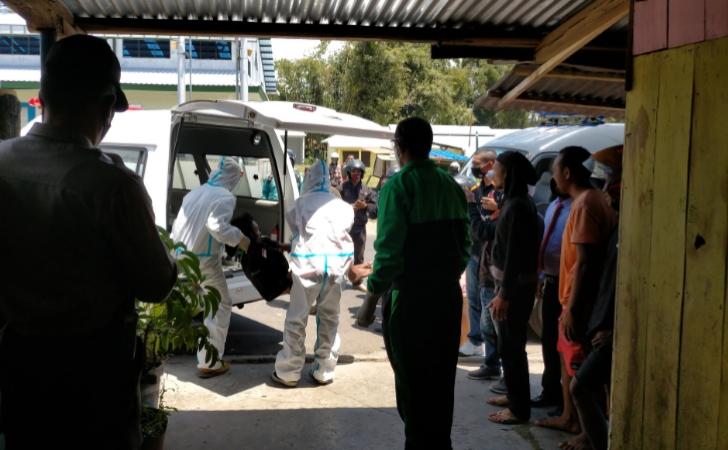 Bikin Geger, Pria di Ruteng Pingsan di Rumah Orang Dievakuasi Tim Gugus Tugas Covid-19