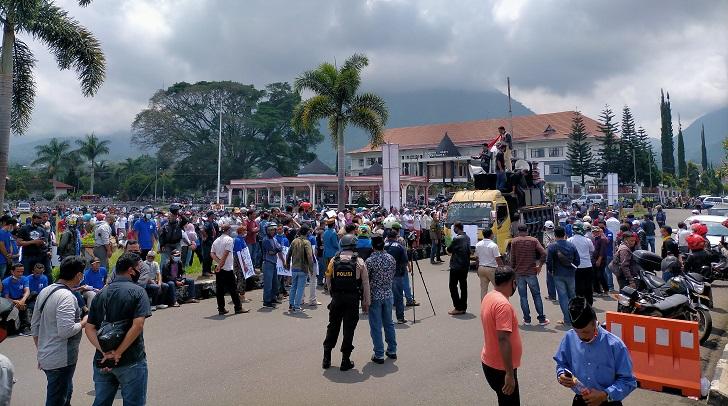 Istri Bupati Diadang, Massa DM Demo Polres Desak Tangkap Laskar 88